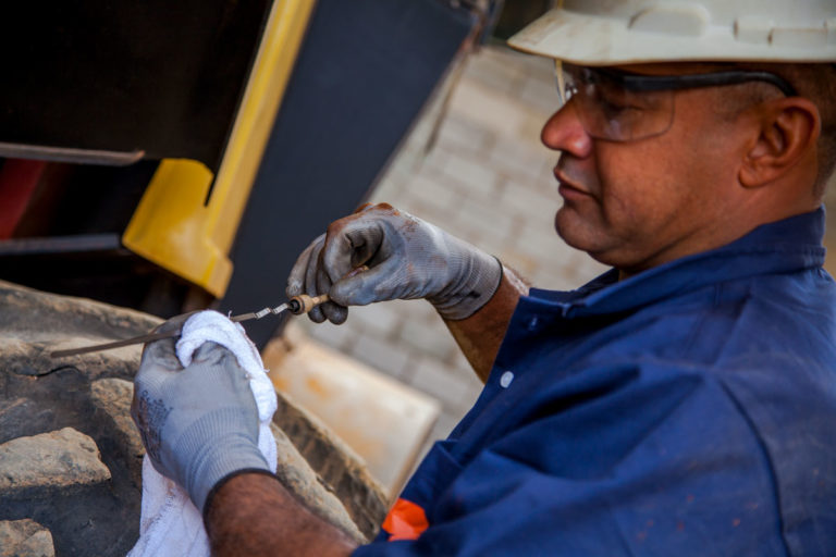 Manutenção preventiva em pá-carregadeira